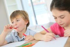 Dzieci robi rysunkom w domu Zdjęcie Stock