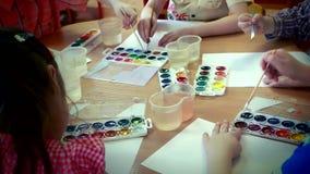 Dzieci rysują akwarelę zbiory wideo