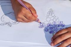 Dzieci rysuje na białym papierze Zdjęcie Royalty Free