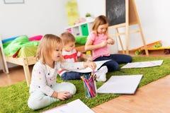 Dzieci rysuje rzemiosła w domu i robi obraz royalty free