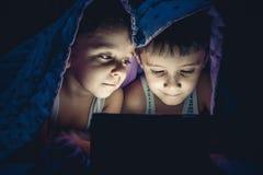 Dzieci są przyglądający pastylka obraz royalty free
