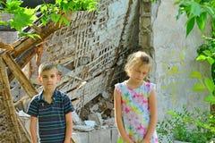 Dzieci są blisko rujnującego domu pojęcia katastrofa naturalna, ogienia i zniszczenia, obraz stock