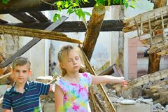 Dzieci są blisko rujnującego domu pojęcia katastrofa naturalna, ogienia i zniszczenia, obraz royalty free