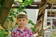 Dzieci są blisko rujnującego domu pojęcia katastrofa naturalna, ogienia i zniszczenia, zdjęcie royalty free