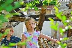 Dzieci są blisko rujnującego domu pojęcia katastrofa naturalna, ogienia i zniszczenia, obrazy stock