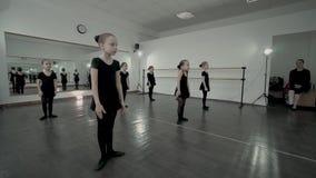 Dzieci są słuchać tamte całkowicie i robić ten sam movenment tana techer Dzieciaki są rozgrzewkowi w górę taniec klasy w dzieci zbiory wideo