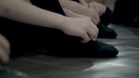 Dzieci są smokingowi na czarnych pointe butach Taniec klasy pierwsi kroki W górę czernić pointe buty zdjęcie wideo