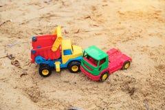 Dzieci ` s bawi się ciężarówki imitują wypadek ulicznego Zdjęcia Stock