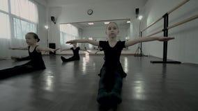 Dzieci siedzą wpólnie na podłodze i utrzymują ręki w górę zdjęcie wideo