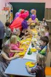 Dzieci siedzi ?wi?tecznym sto?em Wszystkiego najlepszego z okazji urodzin ch?opiec w ogr?dzie troszk? zdjęcia royalty free