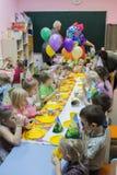 Dzieci siedzi ?wi?tecznym sto?em Wszystkiego najlepszego z okazji urodzin ch?opiec w ogr?dzie troszk? zdjęcie royalty free