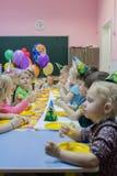 Dzieci siedzi ?wi?tecznym sto?em Wszystkiego najlepszego z okazji urodzin ch?opiec w ogr?dzie troszk? obrazy stock