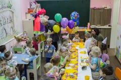 Dzieci siedzi ?wi?tecznym sto?em Wszystkiego najlepszego z okazji urodzin ch?opiec w ogr?dzie troszk? fotografia royalty free