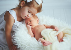 Dzieci siostry i brata nowonarodzony dziecko na świetle Obraz Stock