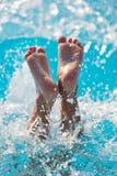 Dzieci skaczący wod pluśnięcia obrazy royalty free