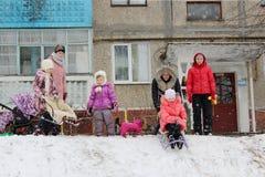 Dzieci sleding od wzgórza Zdjęcia Royalty Free
