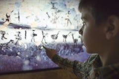 Dzieci spojrzenia przy aancient malowidłem ściennym Obrazy Royalty Free