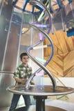 Dzieci spojrzenia przy DNA rzeźbą Fotografia Stock