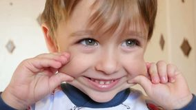 Dzieci spojrzenia przy kamerą z radością, writhes grymasy Dziecko uśmiechy, przedstawień emocjonalni uczucia zbiory wideo
