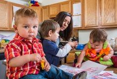 Dzieci spojrzenia przy Tobą zdjęcie royalty free