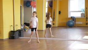 Dzieci Stacza się sprawności fizycznej piłkę Each Inny w Gym zbiory