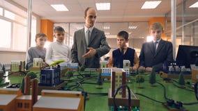 Dzieci studiuje małego modela miasto zbiory wideo