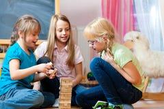dzieci stwarzać ognisko domowe bawić się zdjęcia stock