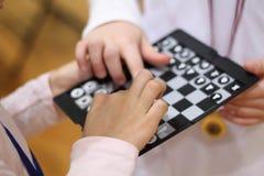 dzieci szachów grać Sztuka, i uczy się zabawę z najnowocześniejszą szachową grze zespół razem Rzuca wyzwanie przyjaciela Uczy się obraz stock