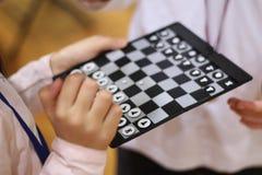 dzieci szachów grać Sztuka, i uczy się zabawę z najnowocześniejszą szachową grze zespół razem Rzuca wyzwanie przyjaciela Uczy się zdjęcia stock