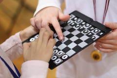 dzieci szachów grać Sztuka, i uczy się zabawę z najnowocześniejszą szachową grze zespół razem Rzuca wyzwanie przyjaciela Uczy się zdjęcie royalty free