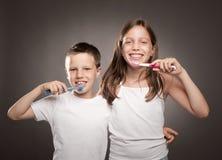 Dzieci szczotkuje jej zęby zdjęcie stock