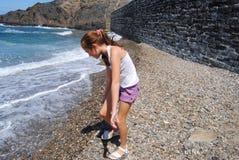 Dzieci szuka kamienie w plaży Collioure, Colliure, mała francuska wioska z fortecą w słonecznym dniu lato obrazy royalty free