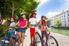 Dzieci szuka prawego sposób z bicyklami Zdjęcia Stock