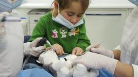 Dzieci taktują zabawkę z dentysty używać różni stomatologiczni narzędzia Obraz Stock