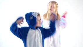 Dzieci tanczy zabawę na białym tle w piżamy kigurumi zbiory