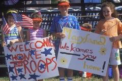 Dzieci Trzyma ï ¿ ½ powitania Homeï ¿ ½ Podpisują, pustynnej burzy zwycięstwa parada, Waszyngton, d C Fotografia Royalty Free