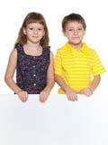 Dzieci trzymają białego prześcieradło papier obraz royalty free