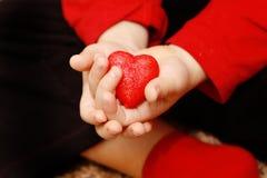 Dzieci trzymają nasz serca w ich rękach 3 Obrazy Stock