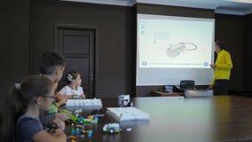 Dzieci tworzące roboty z nauczycielem Wczesny rozwój, innowacje, koncepcja nowoczesnej technologii zbiory wideo