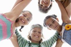 Dzieci Tworzy skupisko Przeciw niebu fotografia royalty free