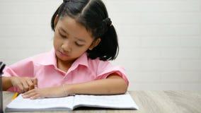 Dzieci używają gumkę kasują słowa zbiory
