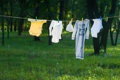 Dzieci ubrania suszą na arkanie outdoors Obraz Stock