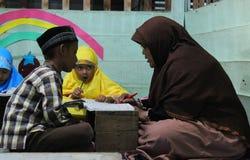 dzieci uczą się czytać al koran w TPA Zdjęcie Royalty Free
