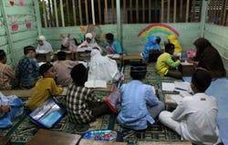 dzieci uczą się czytać al koran w TPA Fotografia Stock