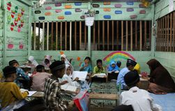 dzieci uczą się czytać al koran w TPA Zdjęcie Stock