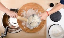 Dzieci uczą się gotować Dzieciaki robi ciastka ciastu w zabawkarskiej kuchni Zdjęcia Royalty Free