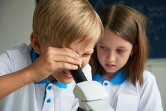 Dzieci uczy się chemię Zdjęcie Stock