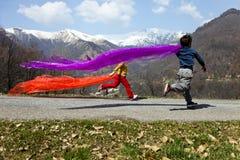 dzieci uwalniają szczęśliwego bieg fotografia royalty free