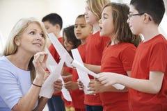 Dzieci W śpiew grupie Zachęca nauczycielem Obrazy Royalty Free