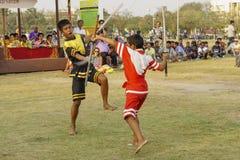Dzieci w antycznych kostiumach pokazują tradycyjnego kordzika Zdjęcia Royalty Free